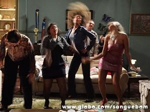 E até batem cabelo! (Foto: Sangue Bom/TV Globo)