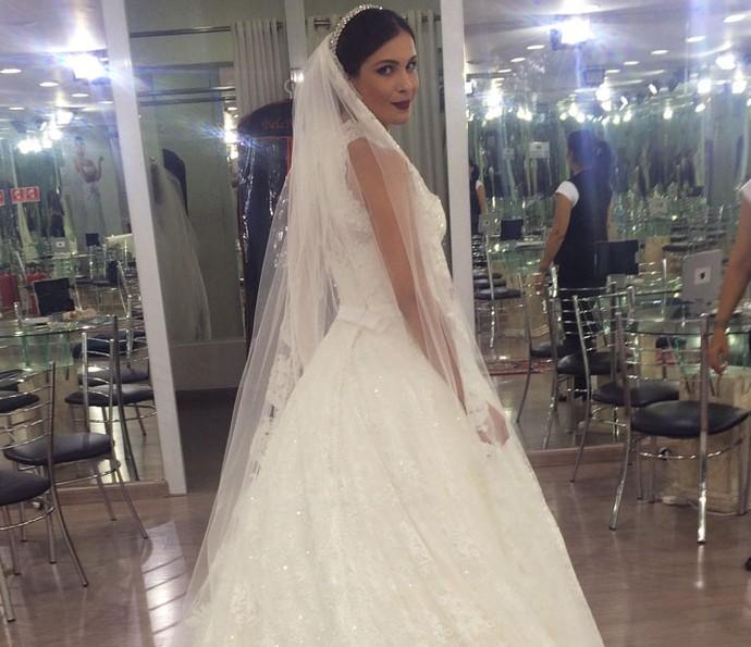 Kamilla experimenta modelos de vestido de noiva (Foto: Arquivo Pessoal)