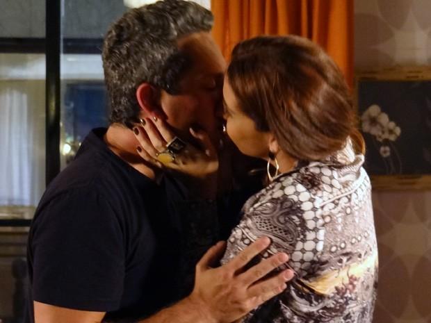 Helô não resiste e retribui beijo de Stenio (Foto: Salve Jorge/TV Globo)