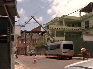 Rua foi parcialmente interditada após poste cair em van (Foto: Reprodução / TV Bahia)
