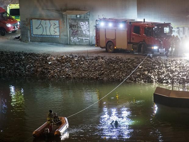 Equipe de resgate procura pelas vítimas do acidente que matou os integrantes da banda Viola Beach (Foto: Johan Nilsson/Reuters)