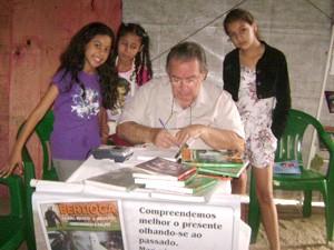Um dos livros do ex-morador de rua conta a história da cidade de Bertioga, SP (Foto: Claudine Moreira/Arquivo Pessoal)