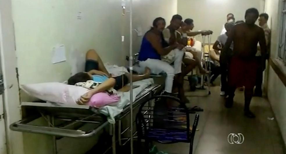 Vídeo mostra pacientes em macas no corredor do maior hospital público da região norte do Tocantins (Foto: Reprodução/TV Anhanguera)