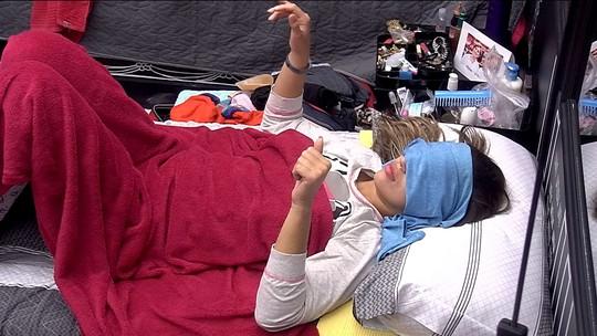 Com os olhos cobertos na cama, Vivian se anima com música