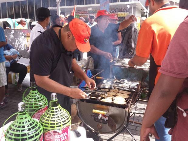 Força Sindical faz churrasco de sardinha e serve vinho chapinha, em crítica a situação econômica (Foto: Michele Marie/G1)