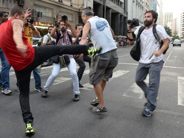 Militantes brigaram em frente à sede da ABI, em ato pela Petrobras (Foto: Erbs Jr. / Frame / Estadão Conteúdo)