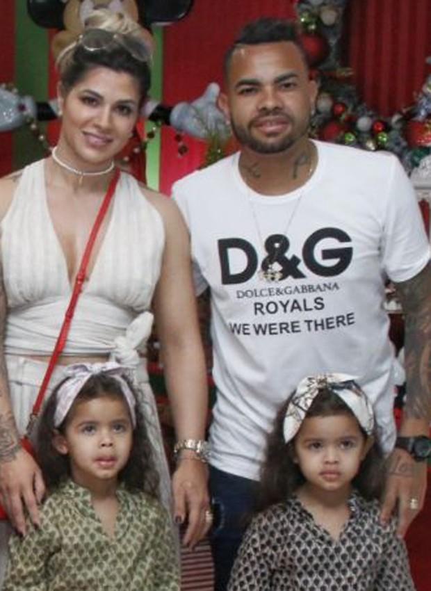 Dani Souza e Dentinho com as gêmeas Rafaella e Sophia (Foto: Thais Aline/ Agência Fio Condutor)
