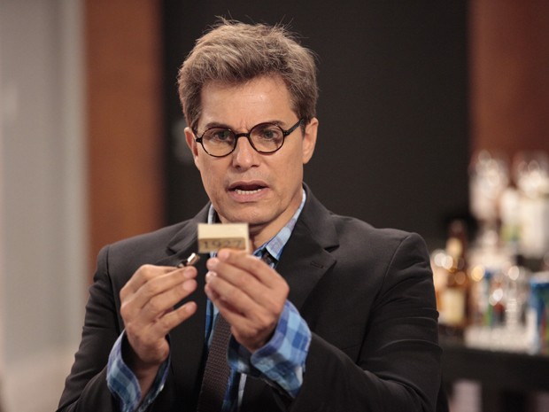 Felipe acha uma chave e um bilhete com a senha do cofre particular  (Foto: Guerra dos Sexos/TV Globo)