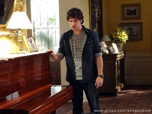 Bento acaricia o piano que sua mãe, Lívia, costumava tocar (Foto: Sangue Bom/TV Globo)