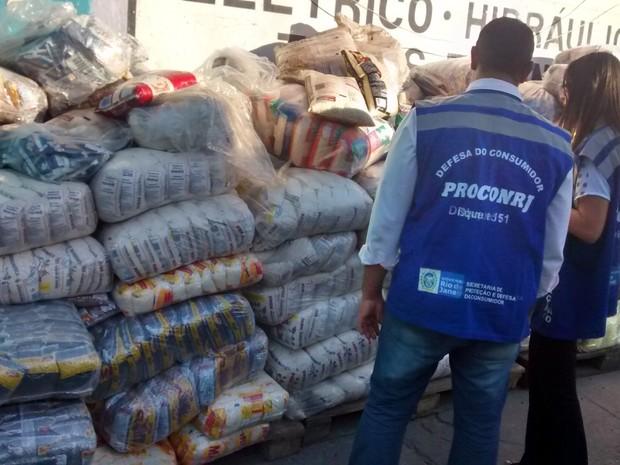 Operação retirou mais de 3 toneladas de alimentos impróprios para consumo das gôndolas (Foto: Divulgação/ Procon RJ)