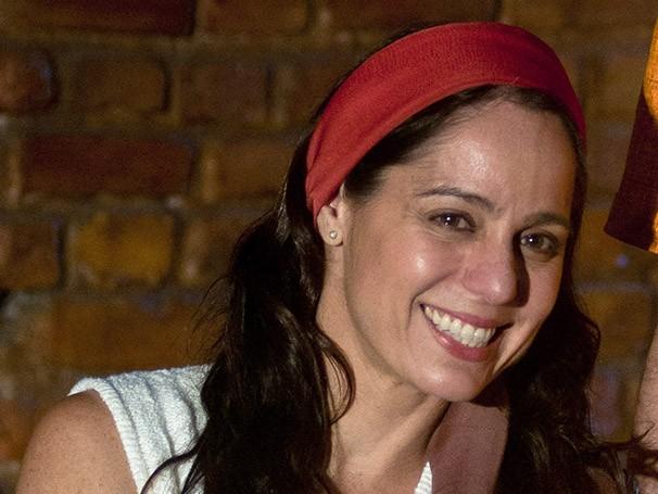 Em seu mais recente trabalho, a atriz vive as histórias de sua mãe (Foto: Divulgação)