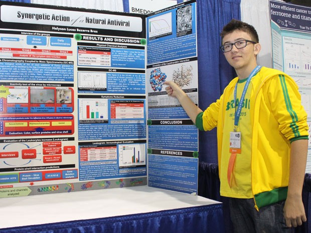 O estudante Helyson Lucas Bezerra apresentando seu projeto na feira de ciências Intel ISEF, em Pittsburg, nos Estados Unidos, em maio deste ano (Foto: Arquivo pessoal)