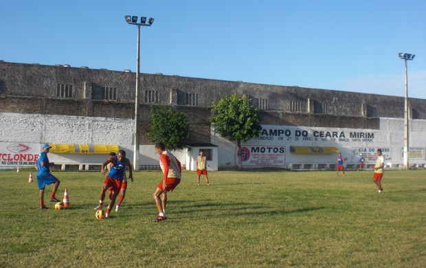 Tiradentes treina para enfrentar o Central (Foto: Thaís Jorge)