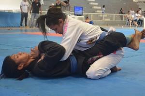 Tefinha Ferreira mesmo com joelho lesionado foi ao tatame e venceu adversária  (Foto: Karol Aood/GE-AP)
