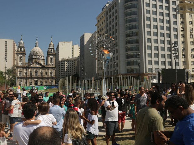 Boulevard Olímpico é tomado por dezenas de turistas brasileiros neste sábado (6) de sol no Porto Maravilha durante Olimpíadas (Foto: Cristiane Rodrigues/G1)