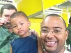 Dudu Nobre leva o filho caçula ao barbeiro