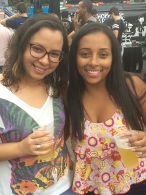 As amigas Luiza Serra e Lucíola Valentim passaram no Festival Food Truck em Volta Redonda, para um happy hour e aproveitaram para experimentar um chopp (Foto: Paola Fajonni/G1)