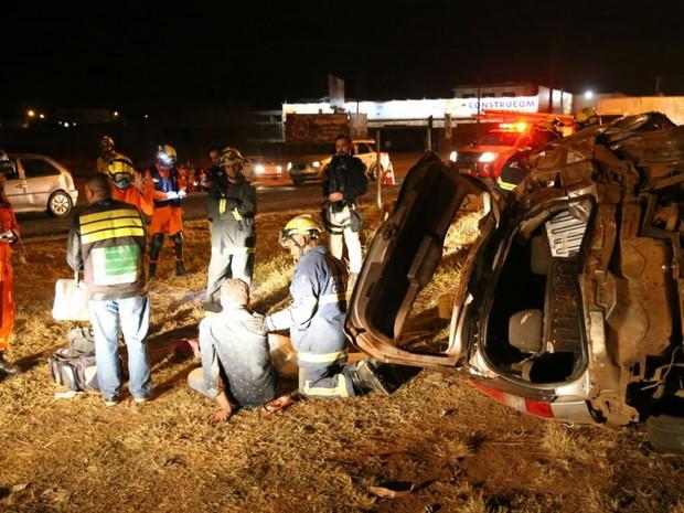 Militares do Corpo de Bombeiros fazem resgate de vítima em acidente na BR-020 (Foto: Corpo de Bombeiros/Divulgação)