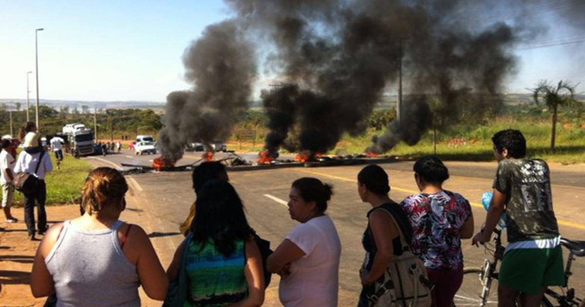 Protesto por melhorias no transporte fecha saídas de Brazlândia, no ... - Globo.com