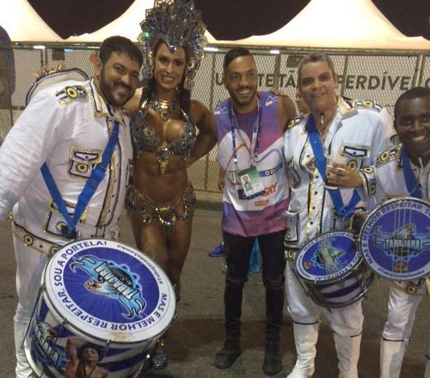 Gracyanne Barbosa e Belo com ritmistas (Foto: EGO)