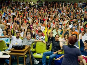 Assembleia na UFRJ decidiu pela continuidade da greve (Foto: Divulgao/ Sindicato professores UFRJ)