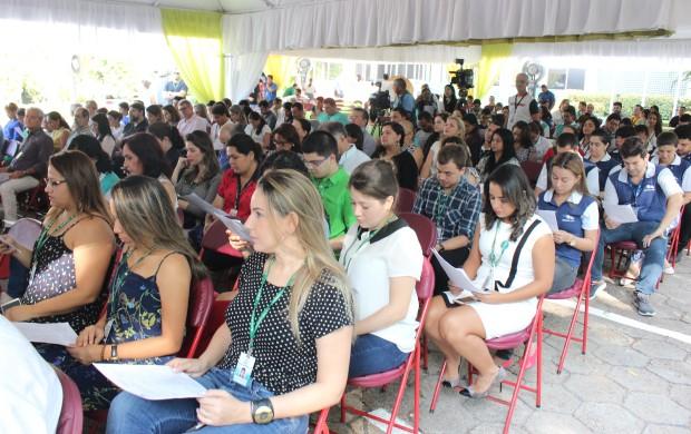 Funcionários e convidados participam de missa em comemoração aos 44 anos da emissora (Foto: Katiúscia Monteiro/ Rede Amazônica)
