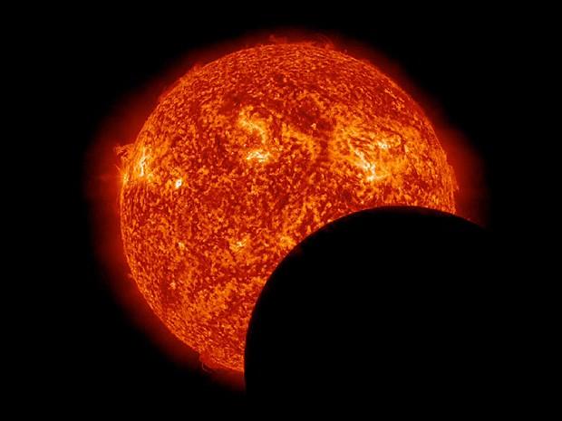 Imagem em que a Lua encobre o Sol foi feita nesta segunda às 9h de Brasília (Foto: Nasa/SDO)