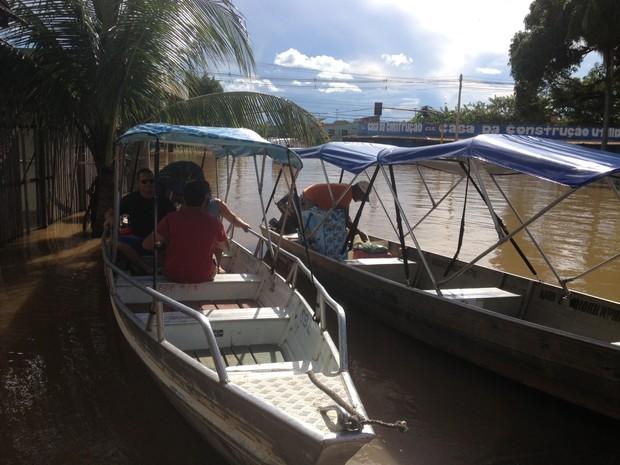 Barqueiros lucram com a cheia histórica do Rio Madeira (Foto: Ivanete Damasceno/G1)