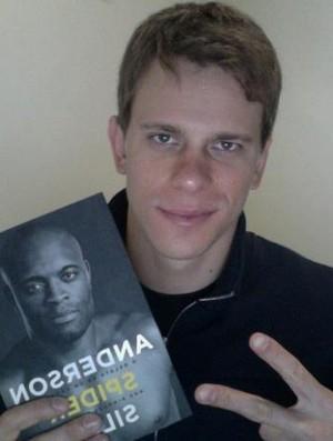 Cielo ganha o livro de Anderson Silva (Foto: Reprodução Facebook Oficial)