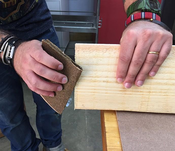 Lixe as extremidades das chapas de MDF para corrigir as imperfeições da serra (Foto: Gabi Freitas / Gshow)