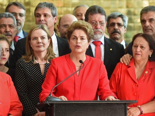 A ex-presidente Dilma Rousseff faz um pronunciamento no Palácio da Alvorada, em Brasília, após ter seu mandato cassado em votação no Senado Federal, em Brasília (Foto: Evaristo Sá/AFP)