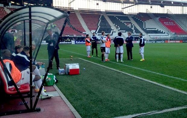Jogadores no gramado - AZ Alkmaar x Atromitos (Foto: Reprodução Twitter do AZ)