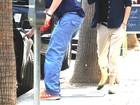 Ashton Kutcher e a Mila Kunis fogem de paparazzi e são multados