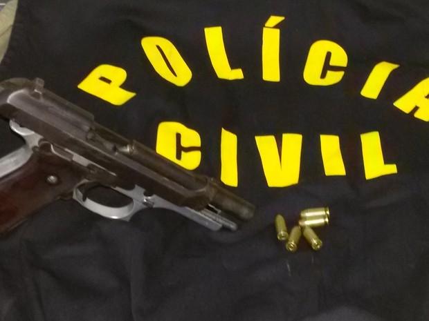 Agiota que se passava por policial para cobrar dívidas foi preso com colete e arma (Foto: Divulgação/Polícia Civil de MT)