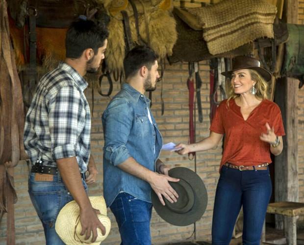 Angélica se diverte com os atores (Foto: Gabriel Nascimento/Gshow)