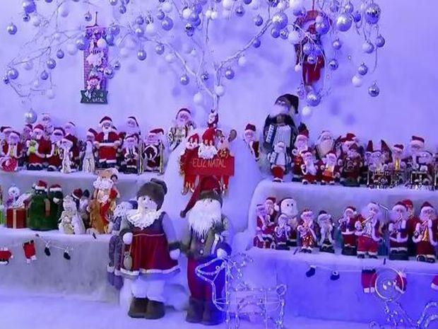 Moradora tem mais de 400 bonecos de Papai Noel  (Foto: Reprodução/TV TEM)