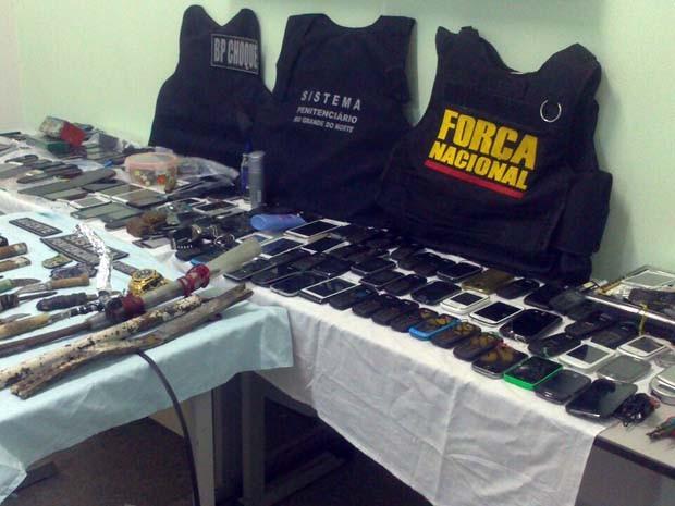 Celulares, facas artesanais e drogas foram encontrados em posse dos presos (Foto: Divulgação/Sesed-RN)
