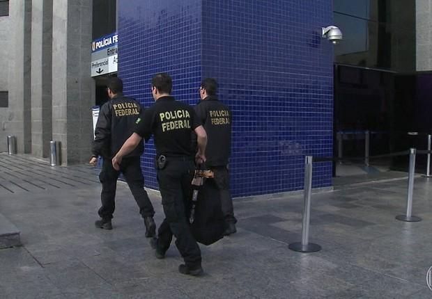 Agentes da Polícia Federal carregam malotes com documentos apreendidos durante Operação Boca Livre, que investiga fraudes usando a Lei Rouanet (Foto: Agência Brasil)