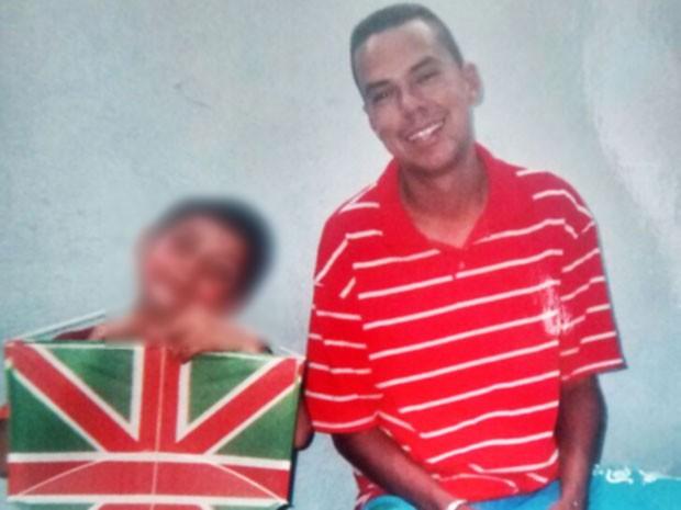 47fb3f24aa5 Alex de Morais (ao lado do filho) morreu quando voltava do trabalho (Foto