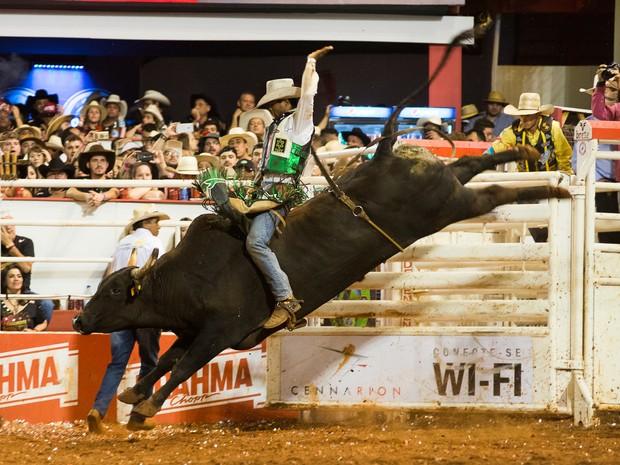 Éderson de Oliveira conquista o Rodeio Internacional da 61ª Festa do Peão de Barretos (Foto: Érico Andrade/G1)