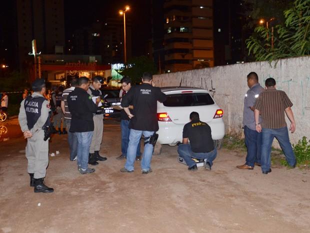 Corpo de mulher foi encontrado dentro de carro, no Jardim Aeroclube, em João Pessoa (Foto: Walter Paparazzo/G1)