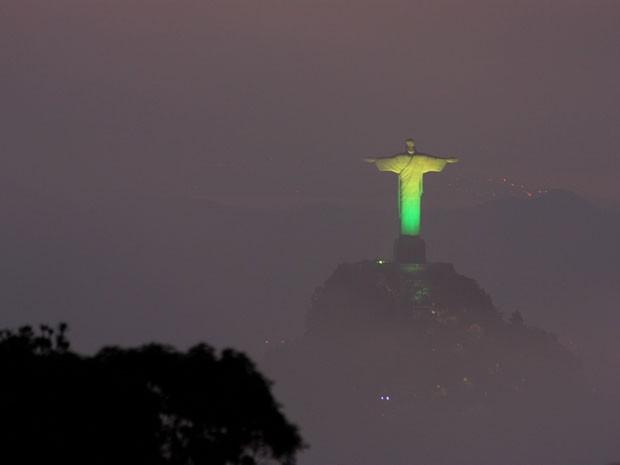Cristo Redentor com iluminação verde e amarelo na Copa das Confederações (Foto: Marcos Estrella / TV Globo)