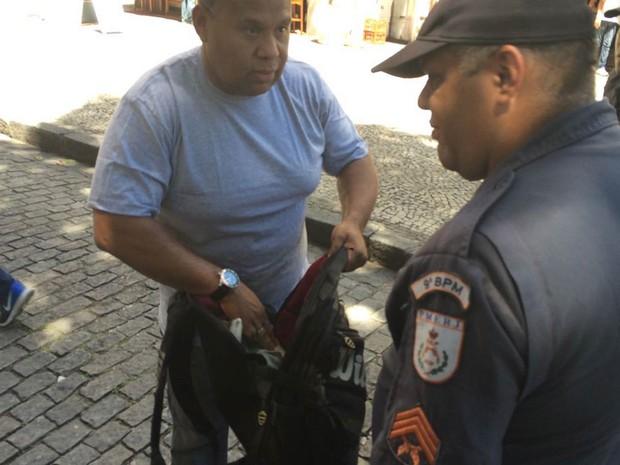 PM revista mochila de pedestre nas imediações da Alerj (Foto: Gabriel Barreira/ G1)