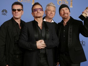 O grupo U2 vence o prêmio de melhor canção original por 'Ordinary love', do filme 'Mandela', no 71º Globo de Ouro, que acontece neste domingo (12), em Los Angeles. (Foto: REUTERS/Lucy Nicholson)
