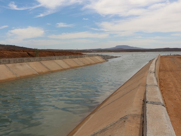 Canal da transposição desaguando em lago do eixo leste da obra em Pernambuco (Foto: Artur Lira/G1)