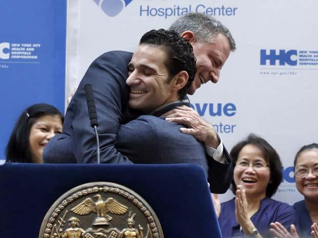 O médico Craig Spencer recebe abraço do prefeito de Nova York, Bill de Blasio, após se curar do ebola e receber alta de hospital nesta terça-feira (11) (Foto: AP Photo/Richard Drew)