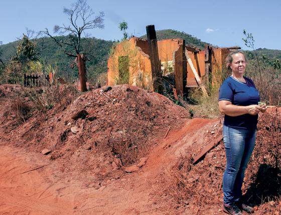 Sandra Quintão diante de ruínas do bar que levava seu nome. (Foto:  Rogério Cassimiro/ÉPOCA)