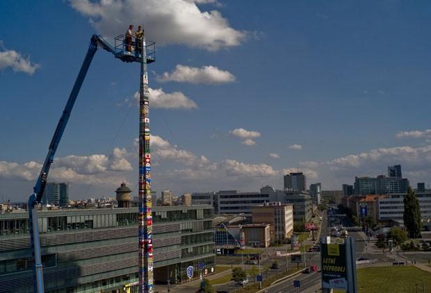 A cidade de Praga, na República Tcheca, entrou para o Guinness ao construir uma torre de Lego de 32,5 metros de altura. O recorde foi superado por 30 centímetros.  (Foto: Michal Cizek/AFP)