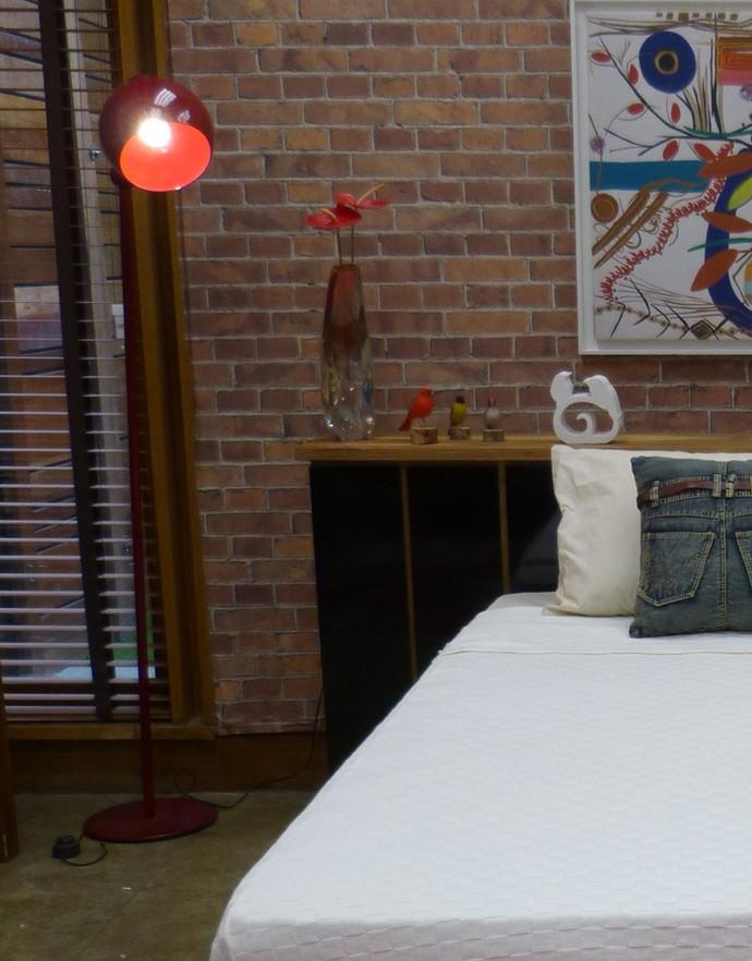 Do outro lado da cama, uma luminária de chão estilo retrô traz charme ao ambiente (Foto: Monique Arruda / Gshow)