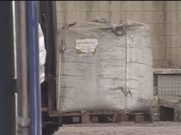 Lixo está no terminal há anos (Foto: Reprodução/TV Tribuna)